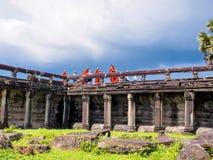 Moines et novices de Buddist visitant Angkor Vat Image libre de droits