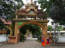 Moines et petits groupes des beaux-arts au temple bouddhiste Images libres de droits
