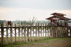 Moines et visiteurs marchant sur l'ฺBridge d'U-bein, Myanmar photos libres de droits