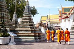 Moines marchant au temple de Wat Arun, Bangkok Photo stock