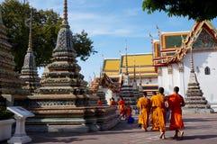 Moines marchant au temple de Wat Arun, Bangkok Photos stock