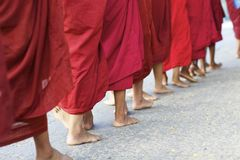 Moines Myanmar de marche Birmanie Images libres de droits