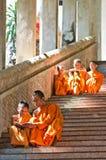 Moines non identifiés enseignant à jeune novice des moines Photographie stock libre de droits