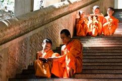 Moines non identifiés enseignant à jeune novice des moines Images libres de droits