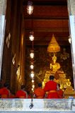 Moines priant au temple de Wat Arun à Bangkok Photo stock