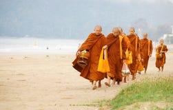 Moines thaïlandais demandant l'aumône images stock