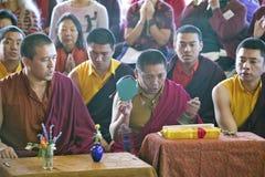 Moines tibétains avec les cymbales à la cérémonie bouddhiste d'habilitation d'Amitabha, bâti de méditation dans Ojai, CA Photo libre de droits