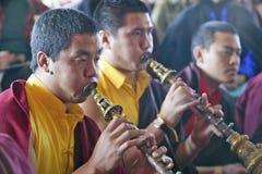 Moines tibétains avec les klaxons à la cérémonie bouddhiste d'habilitation d'Amitabha, bâti de méditation dans Ojai, CA Photo stock