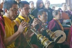 Moines tibétains avec les klaxons et le tambour à la cérémonie bouddhiste d'habilitation d'Amitabha, bâti de méditation dans Ojai Photo libre de droits