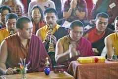 Moines tibétains avec les klaxons et les cymbales à la cérémonie bouddhiste d'habilitation d'Amitabha, bâti de méditation dans Oj Image libre de droits