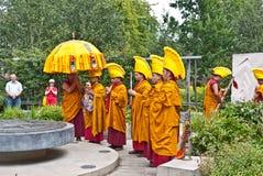 Moines tibétains dans les jardins de paix de Londres. Images libres de droits