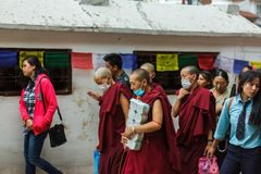 Moines tibétains féminins chez le Boudhanath Stupa à Katmandou, Népal images stock