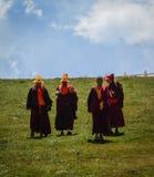 Moines tibétains s'asseyant sur la colline images libres de droits