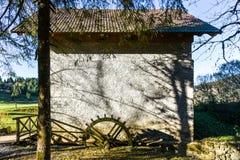 Moinho abandonado velho da roda de água em Eslovênia Fotografia de Stock Royalty Free