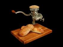 Moinho da grão do vintage com pão Fotografia de Stock Royalty Free