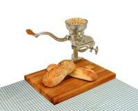 Moinho da grão do vintage com pão Imagens de Stock Royalty Free