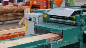 Moinho da madeira Vista da madeira do sawing com máquina da serração Placas de cargas do carpinteiro na máquina do aparamento video estoque