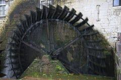 Moinho de água histórico velho na operação completa Foto de Stock