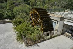 Moinho de água de madeira do moinho de papel velho Fotografia de Stock