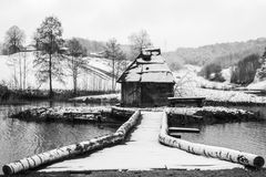 Moinho de água de madeira no lago Fotografia de Stock Royalty Free