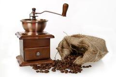 Moinho de café com o saco de serapilheira de feijões roasted Imagens de Stock
