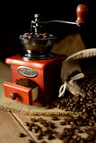 Moinho de café e feijões de café no fundo escuro Fotos de Stock Royalty Free
