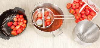 Moinho de mão com tomates e Colanders do campo Fotos de Stock