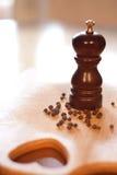 Moinho de madeira para a pimenta preta Foto de Stock