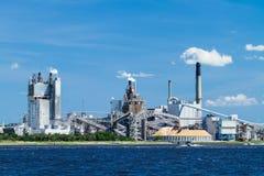 Moinho de papel industrial em um rio Foto de Stock