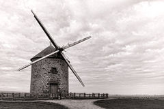 Moinho de vento antigo da grão no monte do campo Fotos de Stock