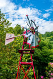Moinho de vento antigo velho de Aermotor usado para bombear a água imagens de stock royalty free