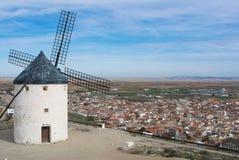 Moinho de vento branco velho em um ponto de vista no monte perto do La Mancha de Consuegra Castilla, Espanha, um símbolo da regiã Foto de Stock
