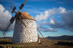 Moinho de vento característico de fuerteventura foto de stock royalty free
