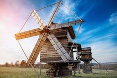 Moinho de vento com profundidade de campo rasa imagens de stock royalty free