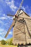 Moinho de vento de encontro ao céu azul Fotos de Stock Royalty Free