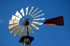 Moinho de vento de encontro ao céu azul fotografia de stock
