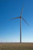 Moinho de vento de encontro ao céu azul profundo Imagem de Stock
