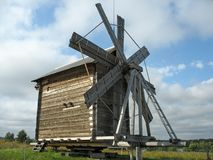 Moinho de vento de madeira antigo Fotografia de Stock
