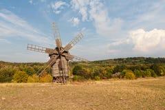 Moinho de vento de madeira antigo em um prado Imagens de Stock Royalty Free
