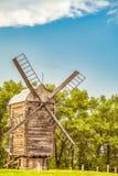 Moinho de vento de madeira Cena rural do verão Fotografia de Stock