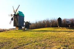 Moinho de vento de madeira em um campo Foto de Stock Royalty Free