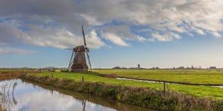 Moinho de vento de madeira em um po'lder holandês Fotografia de Stock Royalty Free