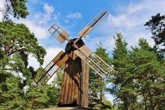 Moinho de vento de madeira velho em Karlstad, Suécia fotografia de stock