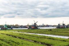 Moinho de vento de madeira velho holandês tradicional em Zaanse Schans - museu Foto de Stock