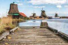 Moinho de vento de madeira velho holandês tradicional em Zaanse Schans - museu Foto de Stock Royalty Free