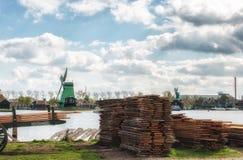 Moinho de vento de madeira velho holandês tradicional em Zaanse Schans - museu Fotos de Stock Royalty Free