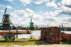 Moinho de vento de madeira velho holandês tradicional em Zaanse Schans - museu Imagens de Stock Royalty Free