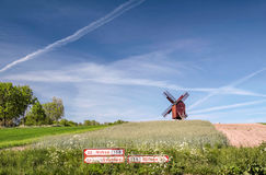 Moinho de vento do moinho de Traebene com campos verdes Imagens de Stock