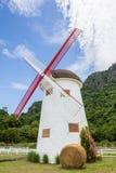Moinho de vento do vintage com pacotes da palha Fotos de Stock Royalty Free