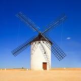 Moinho de vento e céu azul. Campo de Criptana, La Mancha do Castile, Espanha Fotografia de Stock Royalty Free